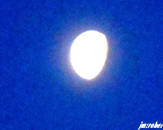 la lune en patate dans le ciel