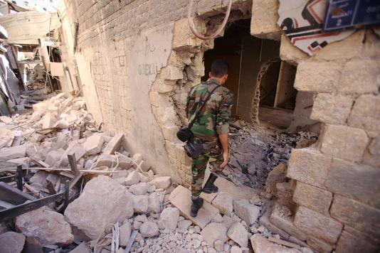Un soldat du régime syrien dans un quartier historique d'Alep, le 16 septembre.