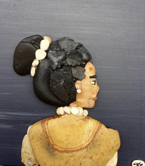 artiste qui réalises des oeuvres avec les cailloux récupérés sur le sable