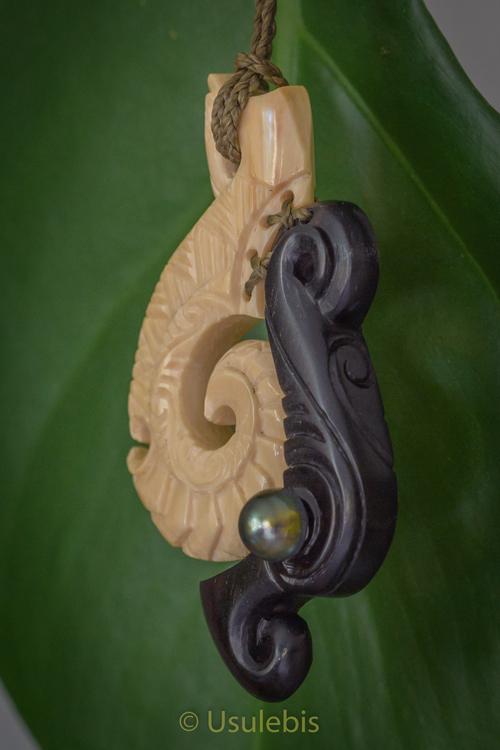 Pendentif en ivoire de Mammouth et ébène serti d'une perle noire de Tahiti