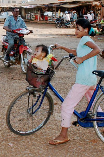 Blog de images-du-pays-des-ours :Images du Pays des Ours (et d'ailleurs ...), Siège bébé des plus originaux mais pas des plus confortables! Banlung - Rattanakiri - Cambodge