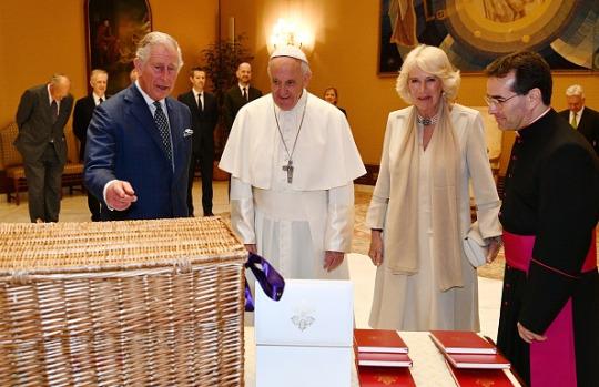 Charles et Camilla rencontrent le pape François au Vatican le 4 avril
