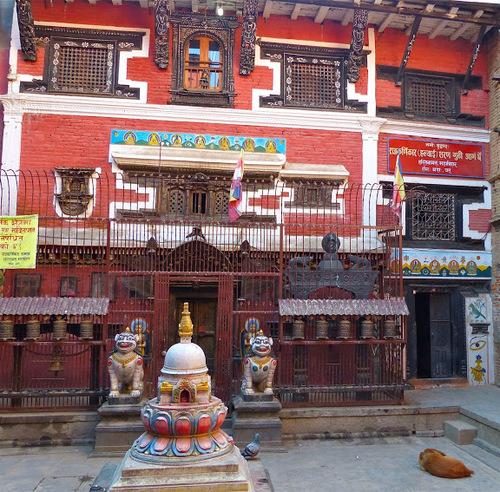 Patan; l'entrée d'un petit temple;