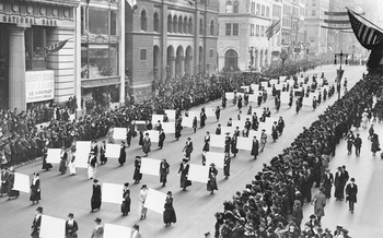 Suffragists_Parade_Down_Fifth_Avenue,_1917