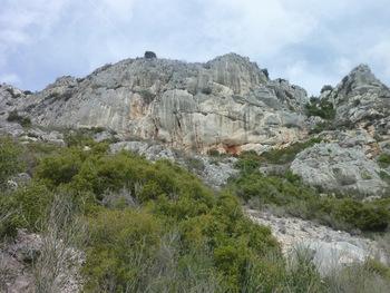 Au pied de la falaise au sommet de laquelle nous sommes passés à l'aller