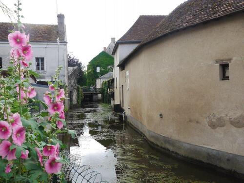 Le petit canal vers le vieux château