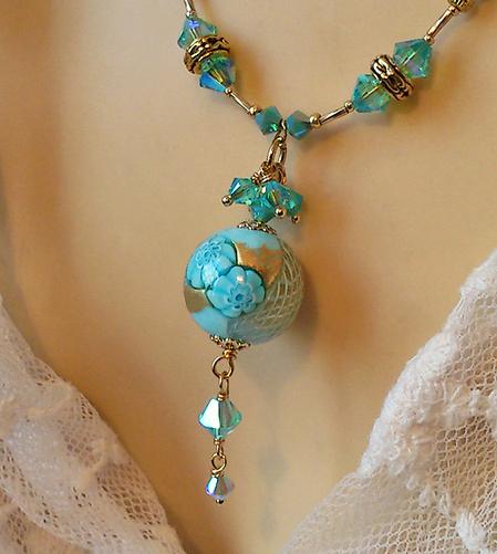 Collier pendentif Verre de Murano authentique Perle ronde Millefiori Bleu ciel et Or  / Cuir Bleu ciel et Plaqué or