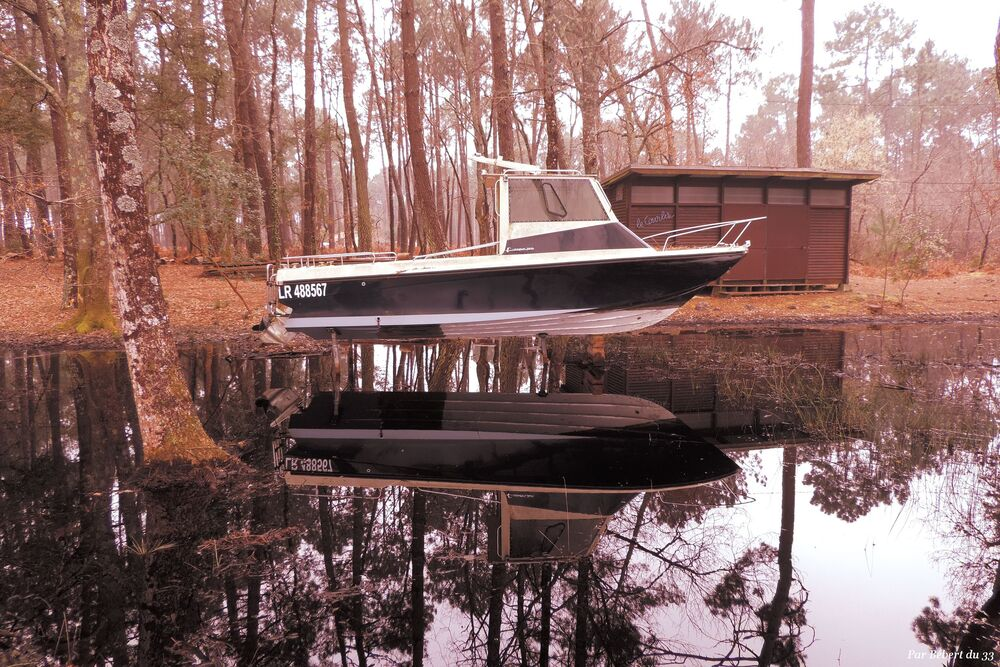 un bateau en reflets