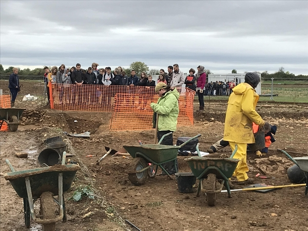"""Les élèves du Collège Henri Morat de Recey sur Ource, qui avaient tourné le film """"ArcheoVix"""", ont visité le chantier des fouilles de Vix"""