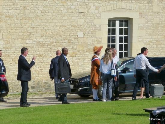 Hervé Blanché, maire de Rochefort, en habit ; Jean-François Macaire, président de la Région Poitou-Charentes (caché) ; Benedict Donelly, président de Hermione-La Fayette ; Manuel Valls, premier ministre, qui serre des mains