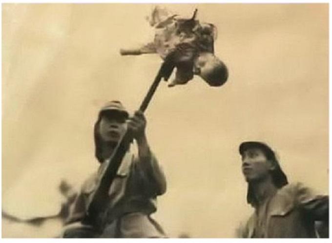 photo d'un soldat japonais qui transperce un bébé à nankin