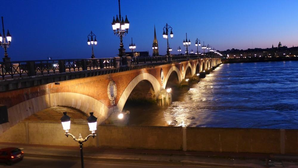 Bordeaux la nuit : le pont de pierre...