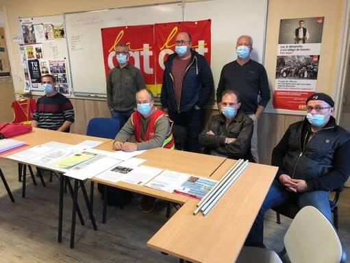 Les responsables de la CGT Bigard, jeudi matin, dans les locaux de l'union locale à Quimperlé. Au centre, assis, Michel Le Goff, le délégué principal.