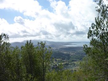Le massif de Sicié coiffé de nuages et la Baie de Six-Fours