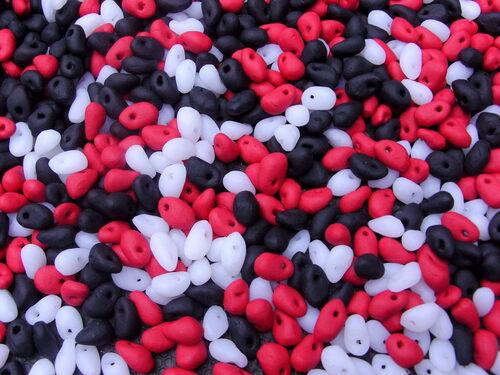 Collier en pâte fimo de couleur rouge, noire et blanche