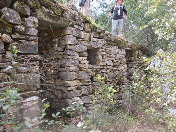 Sur le sentier du Dolmen, une bergerie encore debout