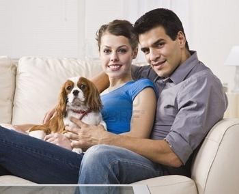 5120678-un-beau-jeune-couple-assis-sur-un-divan-de-concert-et-de-la-tenue-d-39-un-chien-ils-sont-tou