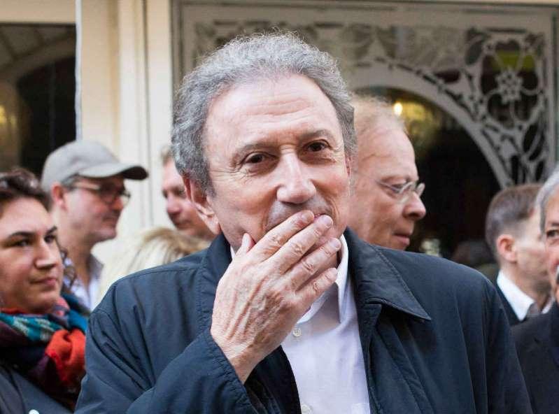 Les larmes de Michel Drucker en bas de chez Charles Aznavour...