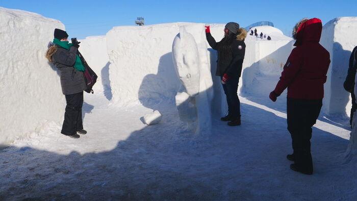 Un Labyrinthe De Neige Géant Ravit Les Touristes  -