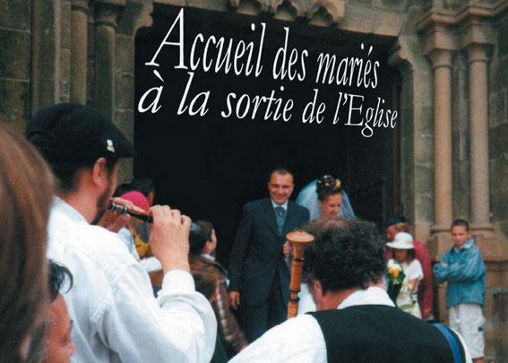 Les sonneurs (bombarde et biniou) accueillent les mariés à leur sortie de l'église.