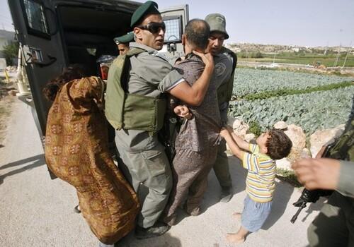الطفل الجعبري يدافع عن عائتله