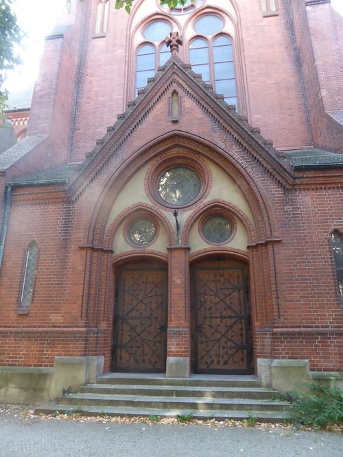 L'église catholique, à trois pas de la maison et son square.