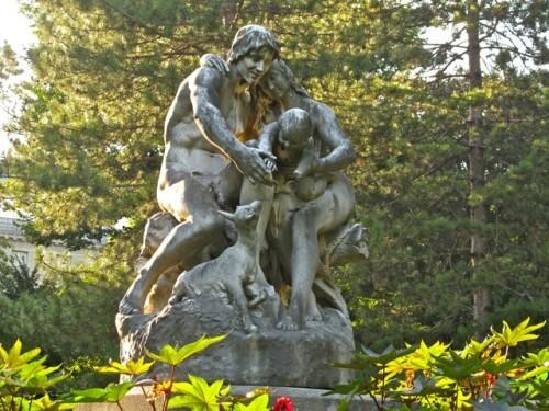statue femme joies de la famille Daillion Luxembourg 2