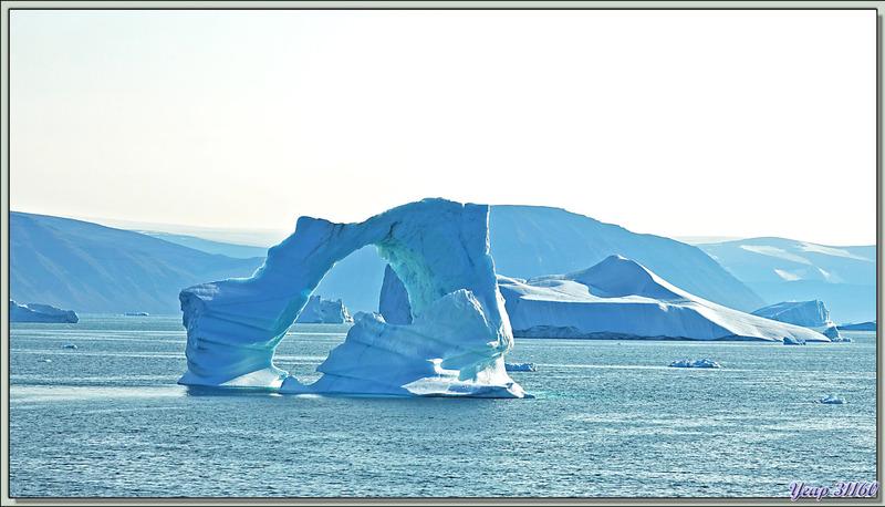 Navigation dans le Fjord Inglefield : très beau et très fragile iceberg en arche - Région de Qaanaaq - Groenland