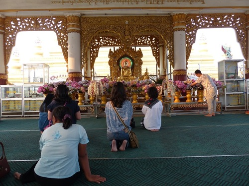 la pagode Kuthodaw à Mandalay; les abords;