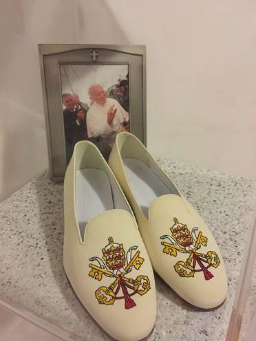 LA PHOTO DES CHAUSSURES DU PAPE JEAN-PAUL II CHEZ LA VOYANTE MIRJANA