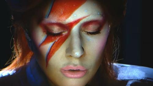 Lady Gaga est beau tatouage en hommage à David Bowie