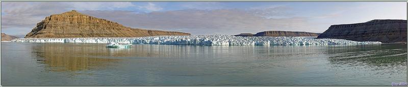 En attendant notre tour pour nous approcher du glacier en Zodiac, nous admirons son imposante muraille bourgeonnante - Croker Bay - Devon Island - Nunavut - Canada
