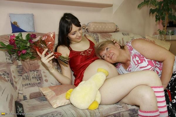 Lesbos Enceinte 2 - Une petite brune enceinte se gouine avec une vieille !