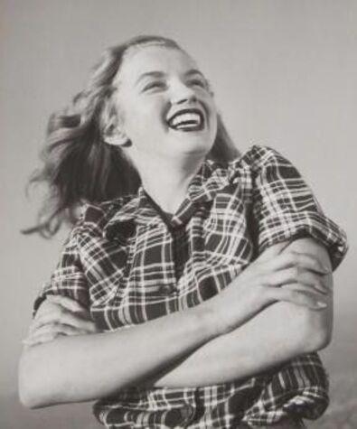 Norma Jeane en chemise rayée en mars 1946 à Zuma Beach, une plage de Malibu en Californie.  Photographies de Joe Jasgur