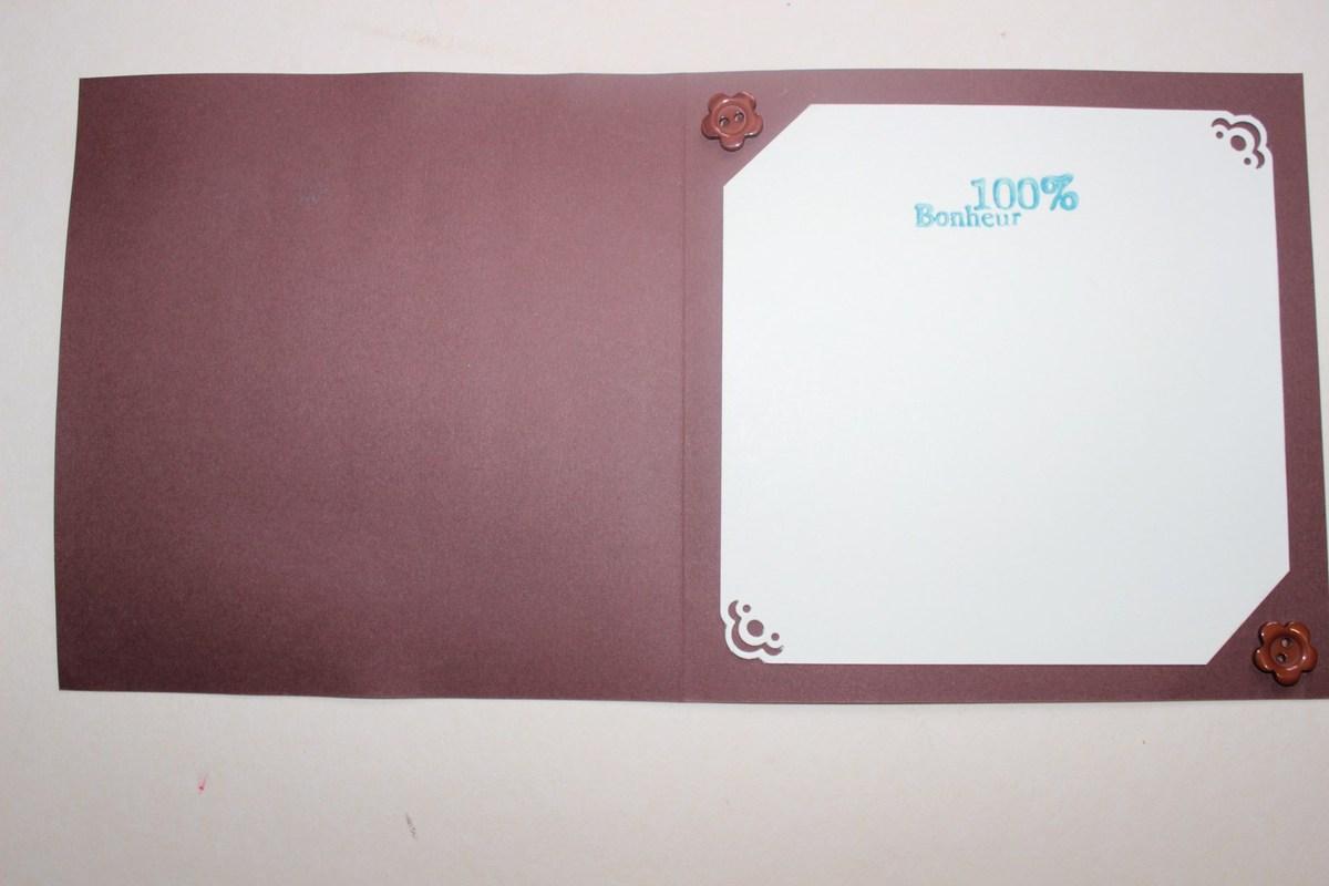 Intérieur tout simple avec un carré au coins perforés, et coupés et deux boutons décoratifs marron