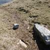 L'ancienne borne frontière numéro 27, couchée près de la fontaine d'Urkila (813 m)