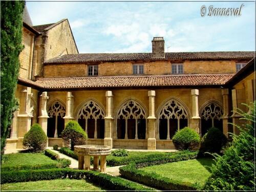 Abbaye de Cadouin Dordogne le cloître gothique 15ème et 16ème siècles