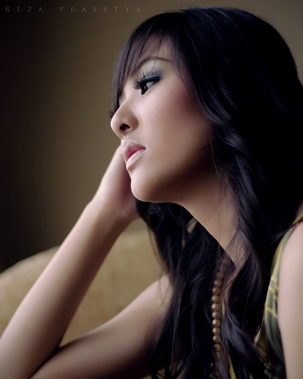 Femme pensive aux cheveux noir.  IMAGES