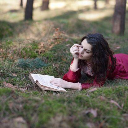 07 - Jeunes filles lisant- Photographies en couleurs