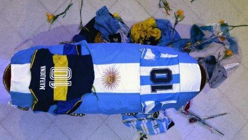 El cuerpo de Maradona yace en la Casa Rosada cubierto por la bandera argentina y por sendas camisetas de la Selección albiceleste y del club de sus amores, Bocca Juniors.