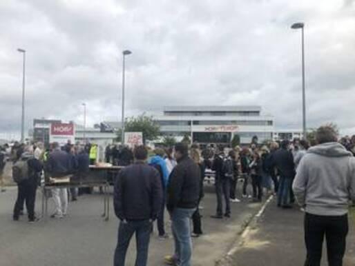 Les salariés bloquent le site Hop ! de Morlaix (Finistère), vendredi 3 juillet 2020.