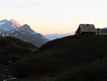Refuge du Fond des Fours (2534 m) très tôt le matin
