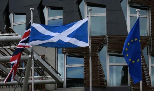Le drapeau écossais, européen et l'Union Jack flottent sur le toit du parlement écossais, le 23 juin 2016 à Edimbourg © OLI SCARFF AFP