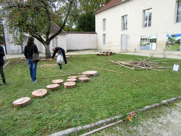 Un marché gourmand et des jeux dans la cour d'honneur du Musée du Pays Châtillonnais-Trésor de Vix