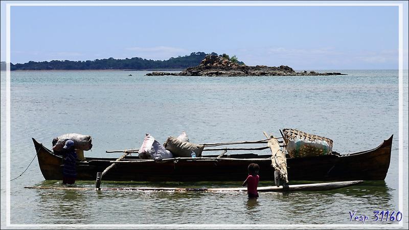 Déchargement de pirogue à Ampangorinana - Nosy Komba (Nosy Ambariovato) - Madagascar