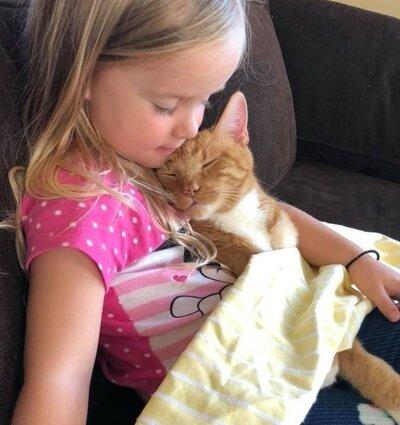 Abby lit une histoire à son chat