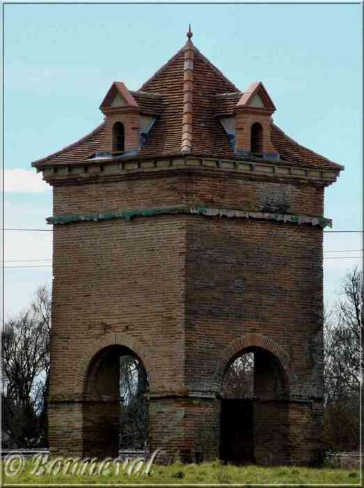 Auterive Haute-Garonne Pigeonnier sur arcades 18ème siècle Château de la Vernière