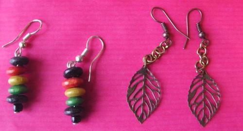 Boucles d'oreilles en bois de plusieurs couleurs et de feuilles pendantes
