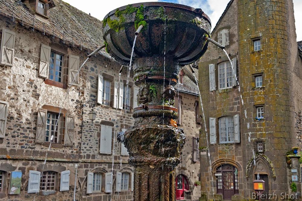 Salers - fontaine renaissance - grande place