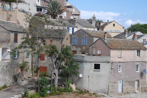 Un petit village aux toits de lauzes